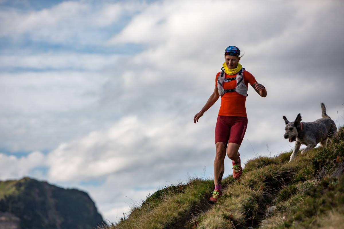 Tanja Schönenborn mit Hund beim Lauftraining